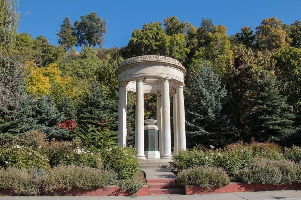 6 columns in circular memorial Memory Grove Park