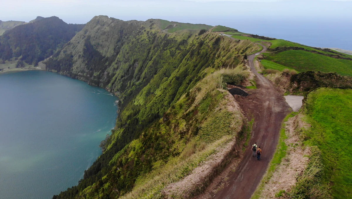Trail on edge Sete Cidades crater water below